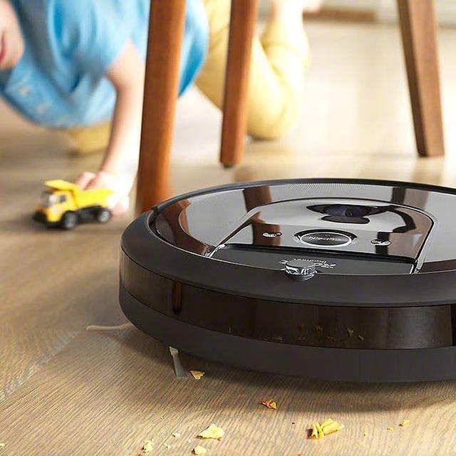 Ha van gyermeked, biztosan ismerős a kiborult reggeli vagy a morzsa látványa... Az iRobot robotporszívójával ez könnyen orvosolható! #irobot #vacuumcleaner #cleaning #takarítás #porszívó #roomba #gyerekkelazelet